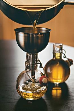 selbst hergestellter Tonic Sirup wird in die Flasche abgefüllt