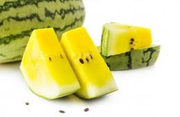 Eine aufgeschnittene, gelbe Wassermelone