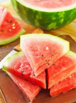 Eine aufgeschnittene Wassermelone auf einem Holzbrett