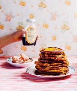 Ein Stapel frisch gebackene Pancakes mit Ahornsirup