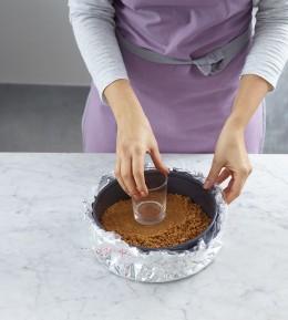 Backschule, Backen, wie macht man, Cheesecake mit Kirschen, Käsekuchen, Form vorbereiten, Boden festdrücken