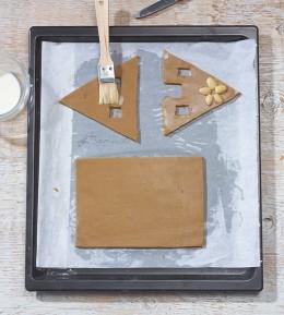 Lebkuchen, Weihnachtsbäckerei, Lebkuchenhaus, Knusperhäuschen, Lebkuchenteig, schablonen, Tür und Felnster ausschneiden, mit Milch einpinseln, backen