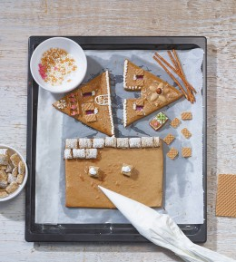 Lebkuchen, Weihnachtsbäckerei, Lebkuchenhaus, Knusperhäuschen, Lebkuchenteig, Wände und Dach verzieren, Zuckerguss, Guss, essbare Dekoration
