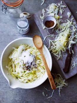 Geraspelter Weißkohl, Salz und Kümmel in einer Schüssel für Sauerkraut aus dem Kochbuch Fermentiert