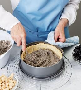 große Backschule, wie macht man, anleitung, schritt für schritt, backen, rezept, mohn-brombeer-kuchen, obstkuchen, mürbeteig, kuchen, streusel, mohnmasse verteilen