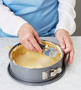 große Backschule, wie macht man, anleitung, schritt für schritt, backen, rezept, mohn-brombeer-kuchen, obstkuchen, mürbeteig, kuchen, streusel, Form mit Teig ausfüllen