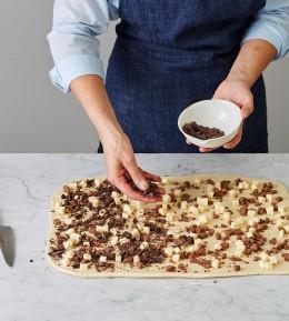 große Backschule, wie macht man, anleitung, schritt für schritt, backen, rezept, Schokoladen-Nougat-Zupfbrot, Pull-Apart-Bread, Hefeteig, Zupfbrot, süß, Schokolade verteilen, füllung