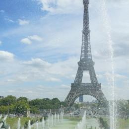 """Wie kein anderes Bauwerk steht """"la Tour Eiffel"""" für Paris. Sportliche erklimmen ihn zu Fuß: 324 Meter ragt er in den Himmel. In der zweiten Etage können Gourmets im Restaurant Jules Verne in 125 Meter"""