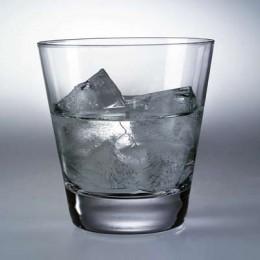 Ein leichter Aperitif: Weißer Rum auf Eis