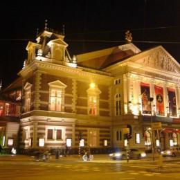 Das Konzertgebäude von Amsterdam ist schon bei Tage eine Pracht. Aber erst am Abend, hell leuchtend, erstrahl es in seiner ganzen Pracht. Wenn Sie Zeit haben, besuchen Sie eine der Veranstaltungen.