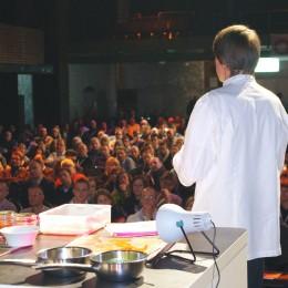 Joachim Wissler erklärt seine Gerichte vor dem vollbesetzten Saal im E-Werk