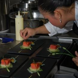 """Yemi Kummetz richtet """"Gebeizter King Salmon auf Lachsmosaik mit Ananasravioli und Wasabischaum"""" an"""