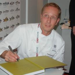 """Nils Henkel signiert sein Buch """"Pure Nature"""""""