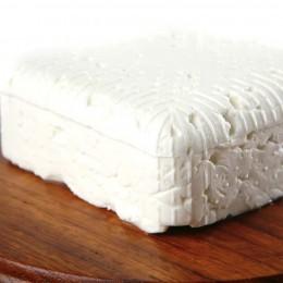 Feta wird meist in dicken Scheiben verkauft.