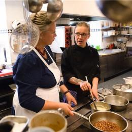 Sissy und Stefanie Sonnleitner in der Küche vom Landhaus Kellerwand