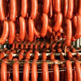 Bei Gref-Völsings hängen die Würste in langen Rindswurstschlangen  auf dem Wurstwagen bevor sie geräuchert und gegart werden