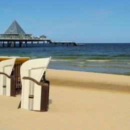 Am Strand in Heringsdorf stehen schon die ersten Strandkörbe