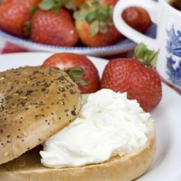 """""""Milchiges"""" Gericht: Bagel mit Frischkäse und Erdbeeren"""