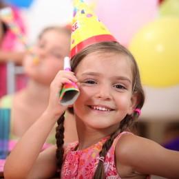 Mädchen beim Kindergeburtstag