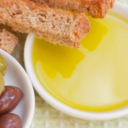 Olivenöl und Oliven in der Schale