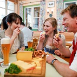 Weltgenusserbe Bayern Frauen Mann Bier Käse