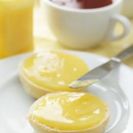 Lemon Curd auf Brötchen