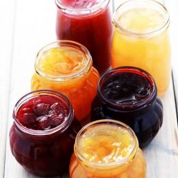 Marmelade einkochen, diverse Marmeladen im Glas