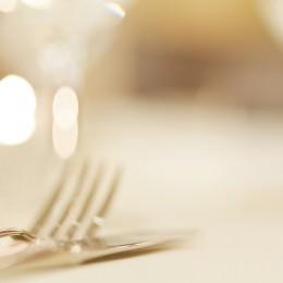 Besteck auf festlich gedecktem Tisch