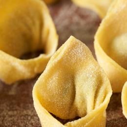 Fertige Tortelloni mit etwas Grieß bestreuen