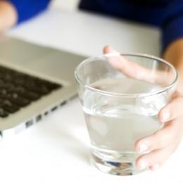 PC, Laptop, Arbeit, Arbeiten, Büro, Trinken, Wasser, stilles Wasser, Trinken beim Arbeiten,