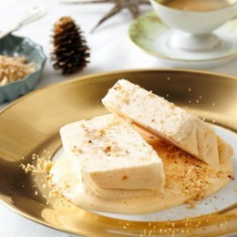 Apfel-Vanille-Parfait auf einem festlichen Teller