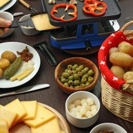 gedeckter Raclette-Tisch mit vielen verschiedenen Zutaten