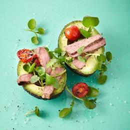 Avocado mit Steakstreifen