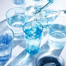 Gläser gefüllt mit Mineralwasser aus der Falsche