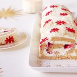 Eine Honigkuchenrolle angeschnitten mit roten Sternen verziert