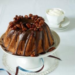 Ein Schokoladengugelhupf verziert mit gerannten Mandeln