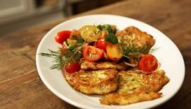 Einfach lecker: Zucchini-Puffer mit Tomatensalat von Anne Lucas