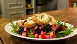 Einfach lecker: Rote-Bete-Apfelsalat mit Ziegenkäse-Crostini