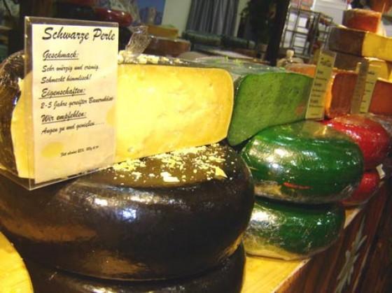 """Bunte Käseberge gab es auf der grünen Woche zu sehen. Im Bild reihen sich die """"Schwarze Perle"""", grüner Pestokäse und roter Chilikäse aneinander. Vertreten waren außerdem Produzenten aus Italien, Öste"""