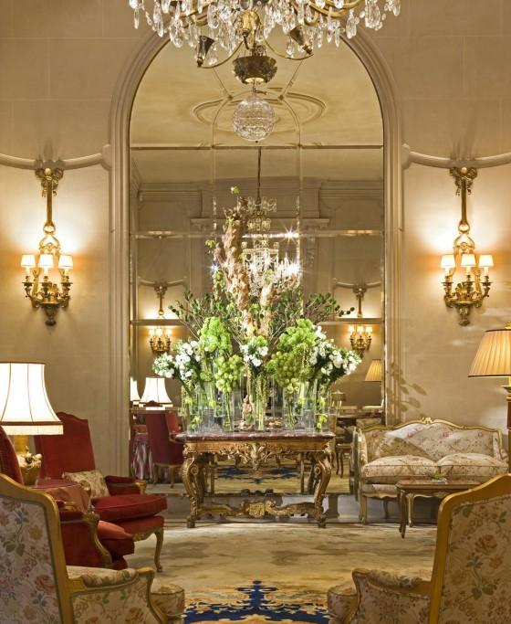 Das Hotel Ritz ist ein Luxushotel der alten Schule. Hier wohnten schon Coco Chanel und die britische Königsfamilie. Die prunkvolle Lobby ist repräsentativ für den Rest der Einrichtung