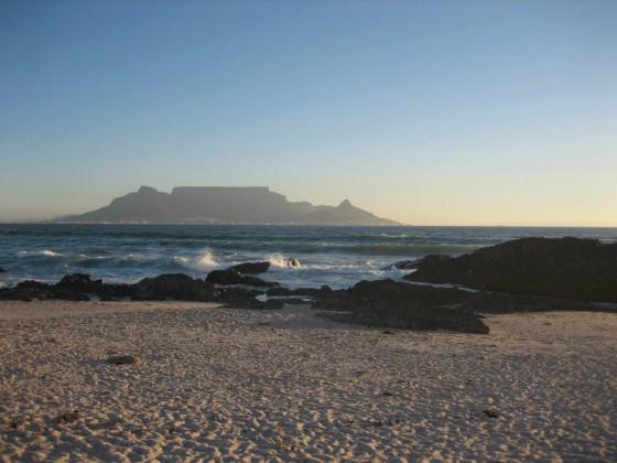 """Ein unvergleichlicher Blick auf den Tafelberg hat man von dem einige Kilometer entfernten Strand """"Blouberg"""" aus."""