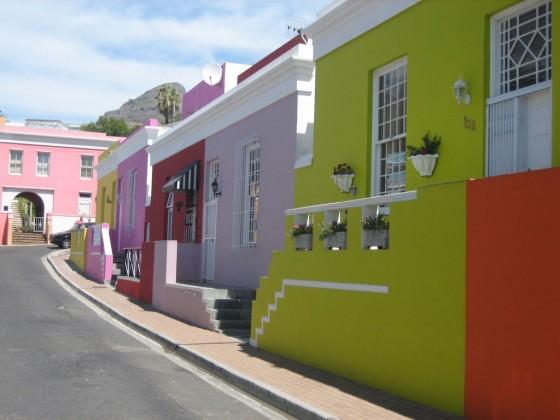 Das kapmalaiische Bo-Kaap Viertel bezaubert mit seinen bunten Häusern.