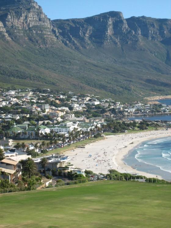 """Wunderschöner Ausblick: Die Bucht von Camps Bay ist ein Ausflug werd. Im Hintergrund deuten sich die """"Zwölf Apostel"""" an, eine Gebirgsformation, die ebenfalls eines der Wahrzeichen von Kapstadt ist."""