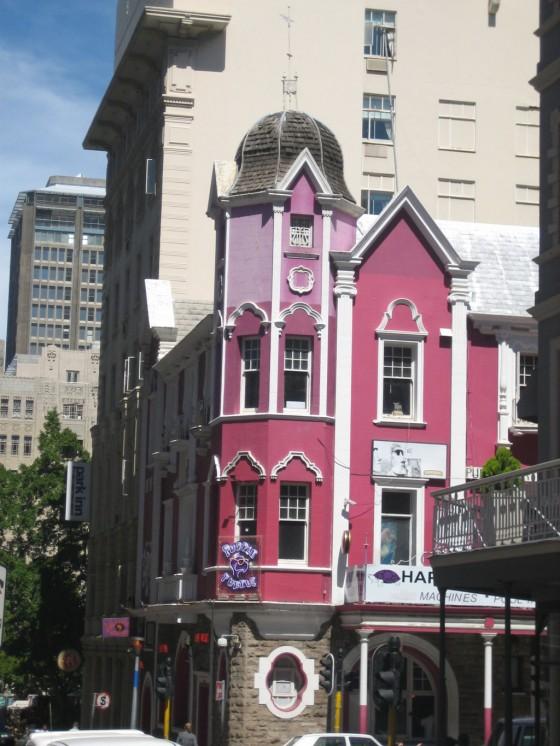 Die bekannte Longstreet wird geprägt durch viktorianische Häuser. Schlendern Sie dort einfach mal die Straße entlang und lassen Sie sich vom Kapstädter Leben treiben.