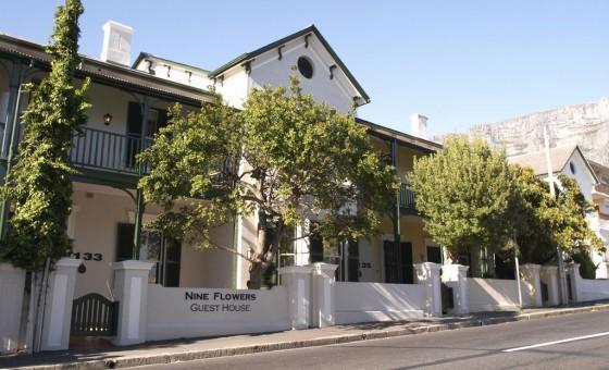 """Das Guesthouse """"Nine Flowers"""" liegt in einer ruhigen Straße, ist aber trotzdem nah an vielen Sehenswürdigkeiten und idealer Ausgangspunkt für Erkundungen der Stadt Kapstadt."""