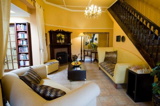 Die Lounge von Olafs Guesthouse versprüht Afrika-Feeling. Alle acht Zimmer des persönlich geführten Guesthouses sind modern und liebevoll eingerichtet.