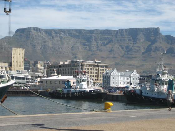Im Vordergrund die Alfred&Victoria Waterfront, im Hintergrund der Tafelberg. Ein unvergessliches Stadtpanorama.