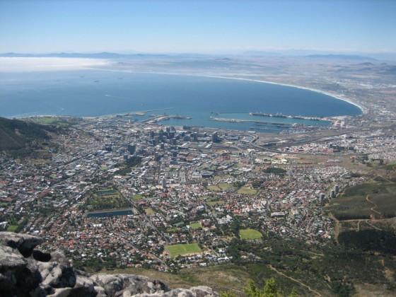 Grandios: Wenn Sie den Tafelberg bestiegen haben, werden Sie mit einem unvergleichlichen Blick auf Kapstadt belohnt. Und für alle Bequemen: Es fährt auch eine Seilbahn hinauf auf den Tafelberg.