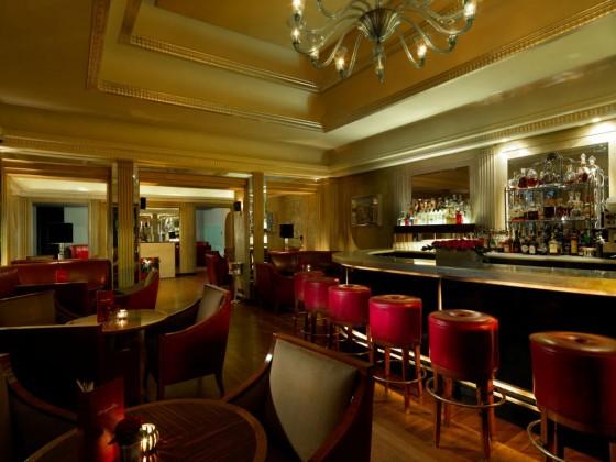 Wenn Sie im Hotel Claridges nächtigen, sollten Sie sich unbedingt auch einmal an die Bar des Hotels setzen und dort Ihren Abend ausklingen lassen. Das Ambiente ist entspannt und die Getränkekarte brei