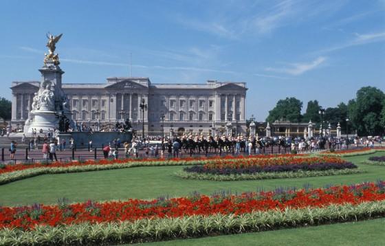 Der Buckingham Palast ist Verwaltunshauptsitz als auch Wohnsitz der Queen von England. Besucher können den Palast besichtigen, außerdem finden immer wieder Sonderausstellungen statt.